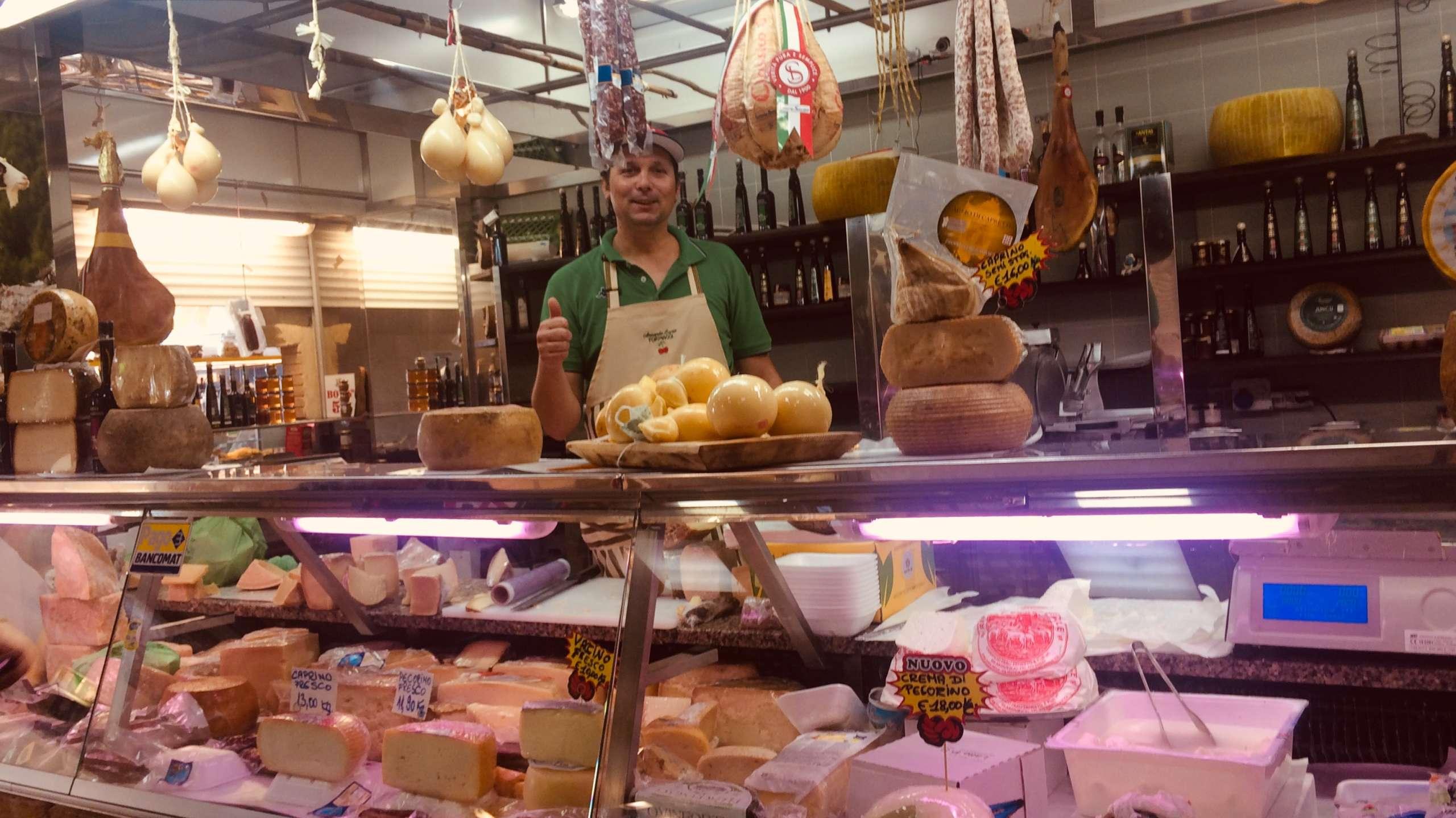 Käsetheke Markthalle Cagliari Sardinien