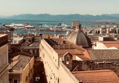 Blick über die Dächer von Calgari auf Sardinien