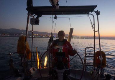 Frau am Steuer eines Schiffs vor Agadir