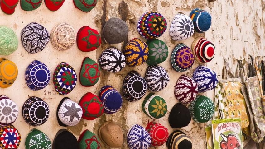 Bunte traditionelle marokkanische Kopfbedeckungen