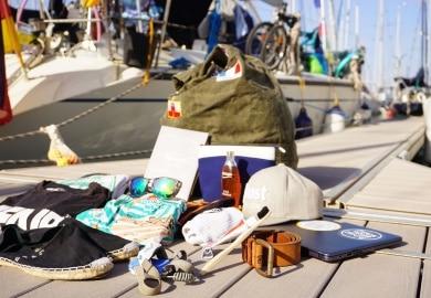 Segel Reiseutensilien auf Steg mit Schiff