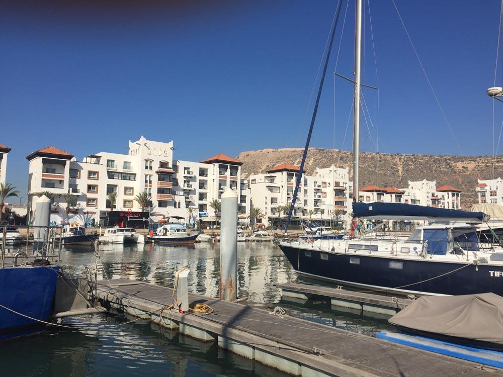 Blick vom Steg zur Hafenpromenade